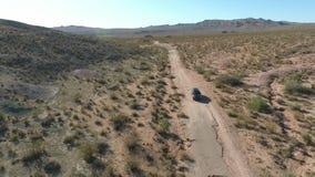 Vuelo sobre la carretera larga en el valle del monumento en Utah - antena del abejón sobre los coches en Arizona Vuelo de la cant almacen de metraje de vídeo