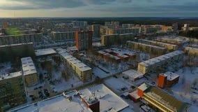 Vuelo sobre la ciudad del invierno almacen de video