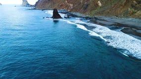 Vuelo sobre la costa en Tenerife metrajes