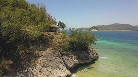 Vuelo sobre la isla verde en el océano con la playa del pueblo y de la arena metrajes