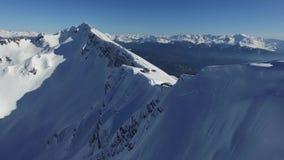 Vuelo sobre la montaña de la nieve en Sochi almacen de video