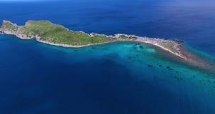 Vuelo sobre la navegación lejos de la orilla, madrugada del yate de la playa de Kolokitha de la isla en la isla de Kolokitha, Cr almacen de metraje de vídeo