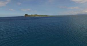 Vuelo sobre la navegaci?n lejos de la orilla, madrugada del yate de la playa de Kolokitha de la isla en la isla de Kolokitha, Cre metrajes