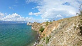 Vuelo sobre la orilla rocosa y escarpada del lago Baikal almacen de video