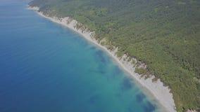 Vuelo sobre la playa salvaje Montañas y acantilados almacen de video