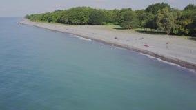 Vuelo sobre la playa salvaje Montañas y acantilados almacen de metraje de vídeo