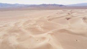 Vuelo sobre las dunas de arena en el desierto almacen de video