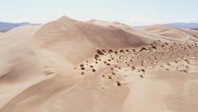 Vuelo sobre las dunas de arena en el desierto metrajes