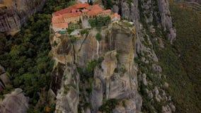 Vuelo sobre las formaciones de roca y los monasterios de Meteora, Grecia almacen de video