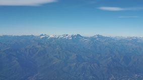 Vuelo sobre las montañas durante temporada de otoño Paisaje en Mont Blanc y los glaciares Visión aérea desde la ventana del aerop almacen de metraje de vídeo