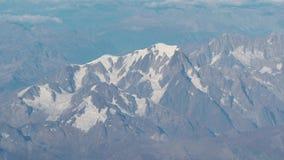 Vuelo sobre las montañas durante temporada de otoño Paisaje que sorprende en Mont Blanc y sus glaciares almacen de metraje de vídeo