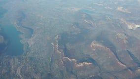 Vuelo sobre las montañas francesas durante temporada de otoño Visión aérea desde la ventana del aeroplano almacen de metraje de vídeo
