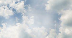 Vuelo sobre las nubes blancas bajo fondo del cielo azul, lazo inconsútil listo almacen de metraje de vídeo