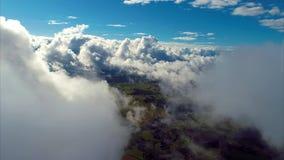 Vuelo sobre las nubes con un cielo azul fantástico metrajes