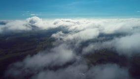 Vuelo sobre las nubes con un cielo azul metrajes