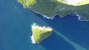 Vuelo sobre las rocas de la orilla tropical Silueta del hombre de negocios Cowering almacen de video