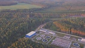 Vuelo sobre los campos del ruso y la estación de la purificación del agua almacen de metraje de vídeo