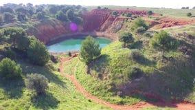 Vuelo sobre los colores hermosos de la mina de la bauxita metrajes