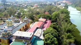 Vuelo sobre los tejados coloridos monastary budistas metrajes