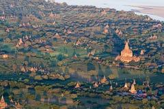 Vuelo sobre los templos antiguos por la mañana de niebla, salida del sol en Bagan, Myanmar (Birmania foto de archivo