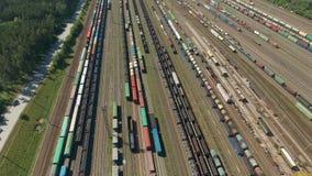 Vuelo sobre los trenes de carga del ferrocarril Ferrocarriles y trenes del envase de la exportación almacen de video