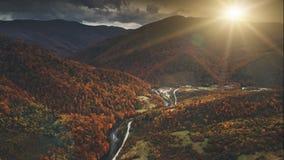 Vuelo sobre paisaje dramático de la montaña del otoño almacen de metraje de vídeo
