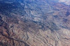 Vuelo sobre paisaje extenso de la montaña Fotografía de archivo