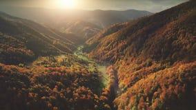 Vuelo sobre paisaje fantástico de la montaña del otoño almacen de video