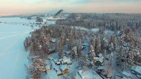 Vuelo sobre paisaje rural del invierno en la puesta del sol almacen de metraje de vídeo