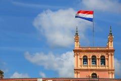 Vuelo sobre palacio presidencial en Asuncion, Para de la bandera nacional fotos de archivo