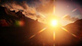 Vuelo sobre picos y agua de montaña en la salida del sol