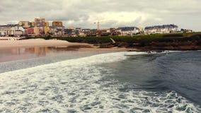 Vuelo sobre prolongación del andén en el océano almacen de metraje de vídeo