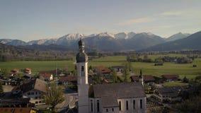 Vuelo sobre pueblo auténtico viejo en Baviera - Alemania metrajes