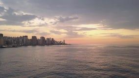 Vuelo sobre puerto deportivo y centro de la ciudad de la bahía de Beirut Tiro aéreo del abejón de Beirut, Líbano, durante puesta  metrajes