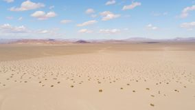 Vuelo sobre tierras secas del desierto metrajes