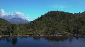 Vuelo sobre un lago de la montaña metrajes