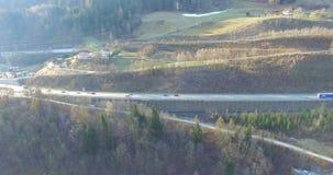 Vuelo sobre un River Valley en las montañas, visión aérea desde la montaña en el verano Austria metrajes