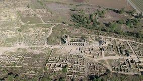 Vuelo sobre Volubilis y una ciudad del Berber y romana en Marruecos con el abejón desde arriba de (aéreo) metrajes