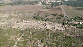 Vuelo sobre Volubilis y una ciudad del Berber y romana en Marruecos con el abejón desde arriba de (aéreo) almacen de metraje de vídeo