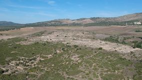 Vuelo sobre Volubilis y una ciudad del Berber y romana en Marruecos con el abejón desde arriba de (aéreo) almacen de video
