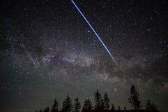 Vuelo a través del cielo nocturno de la estación espacial de satélites y de meteoritos fotos de archivo libres de regalías
