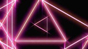 Vuelo a trav?s de los tri?ngulos de ne?n giratorios que brillan intensamente en un t?nel, espectro violeta rosado rojo, lazo inco libre illustration