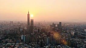 Vuelo video del abejón sobre el horizonte de Ho Chi Minh City y rascacielos en el centro del negocio del corazón en el centro de  almacen de video