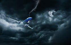 Vuelo y aterrizaje del aeroplano en tormenta imagen de archivo libre de regalías