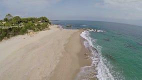 Vuelo y despegue sobre la playa con las ondas Francia, Córcega Silueta del hombre de negocios Cowering almacen de metraje de vídeo