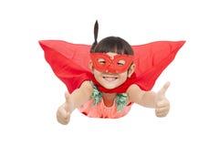 Vuelo y pulgar del niño del super héroe para arriba Aislado en blanco Foto de archivo