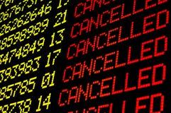 Vuelos cancelados en tablero del aeropuerto imagen de archivo