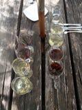Vuelos del vino en la tabla de madera fotos de archivo