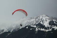 Vuelos en tándem del paragliding sobre las montañas suizas Fotos de archivo libres de regalías