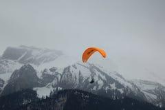 Vuelos en tándem del paragliding sobre las montañas suizas Imagenes de archivo